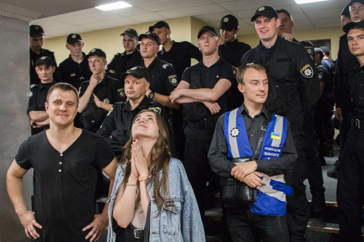 Вход в зал заседаний охраняли правоохранаители