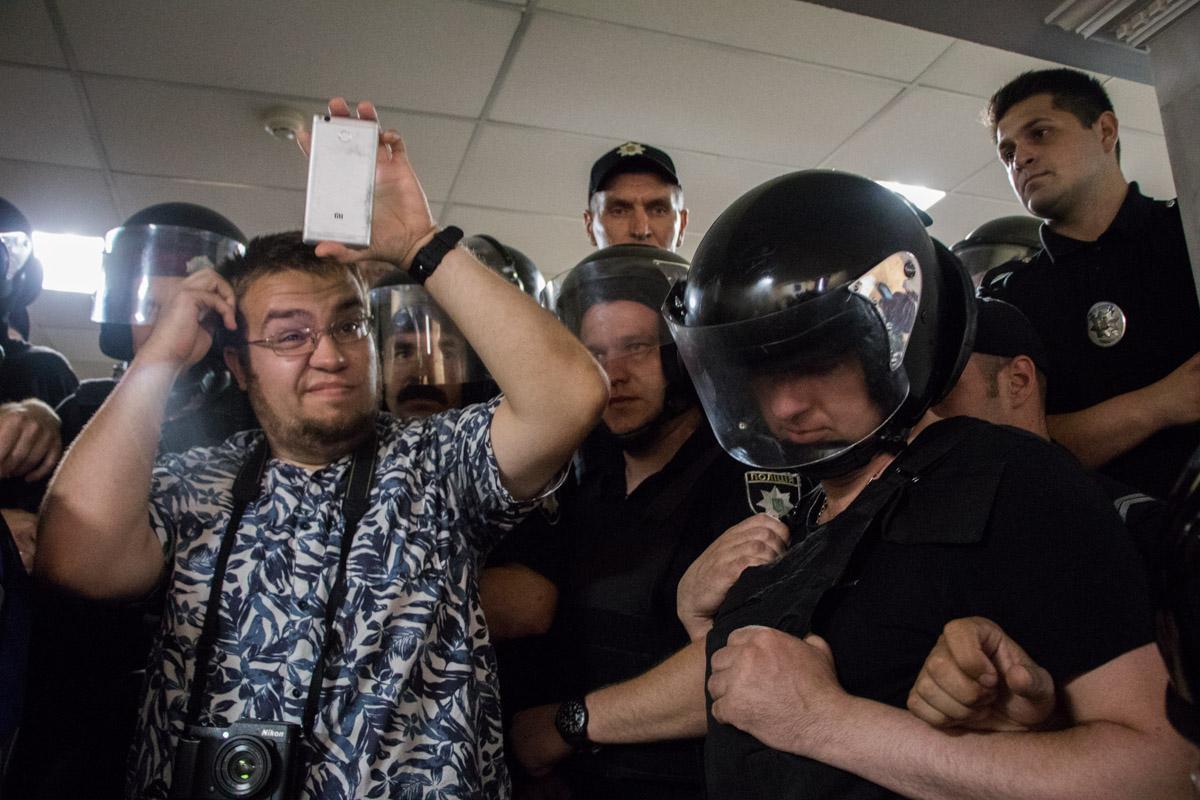 Активисты попытались прорваться в сессионный зал