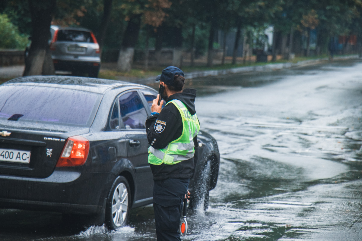 И жару, и в дождь на службе