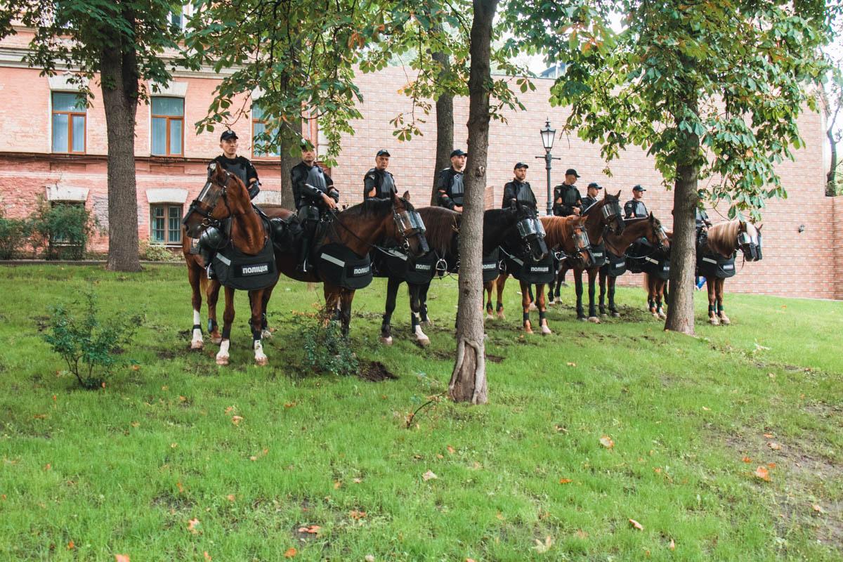 В столице дежурит конная полиция