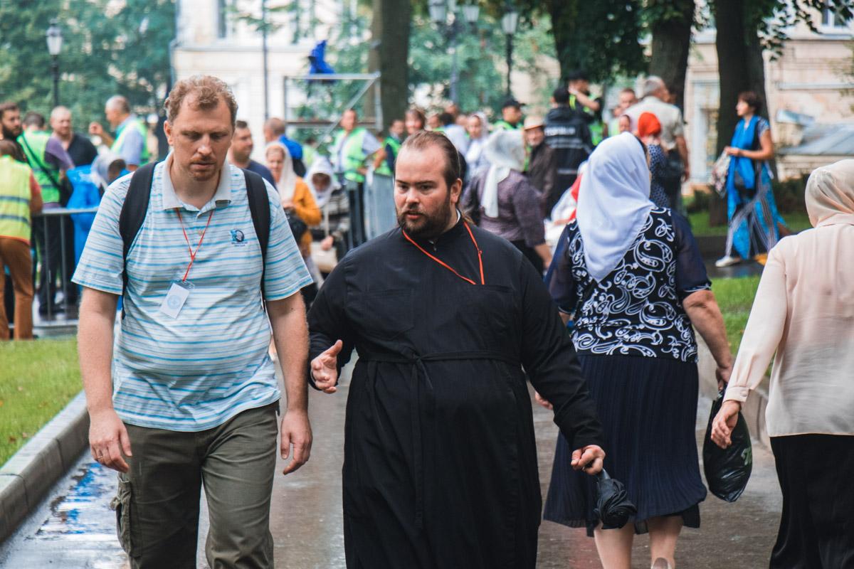 Священники и верующие собираются в центре Киева