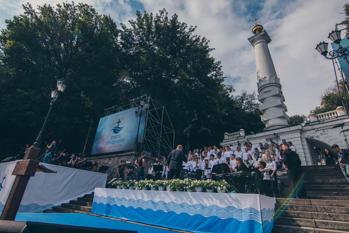 Они помолились около памятника Магдебургскому праву
