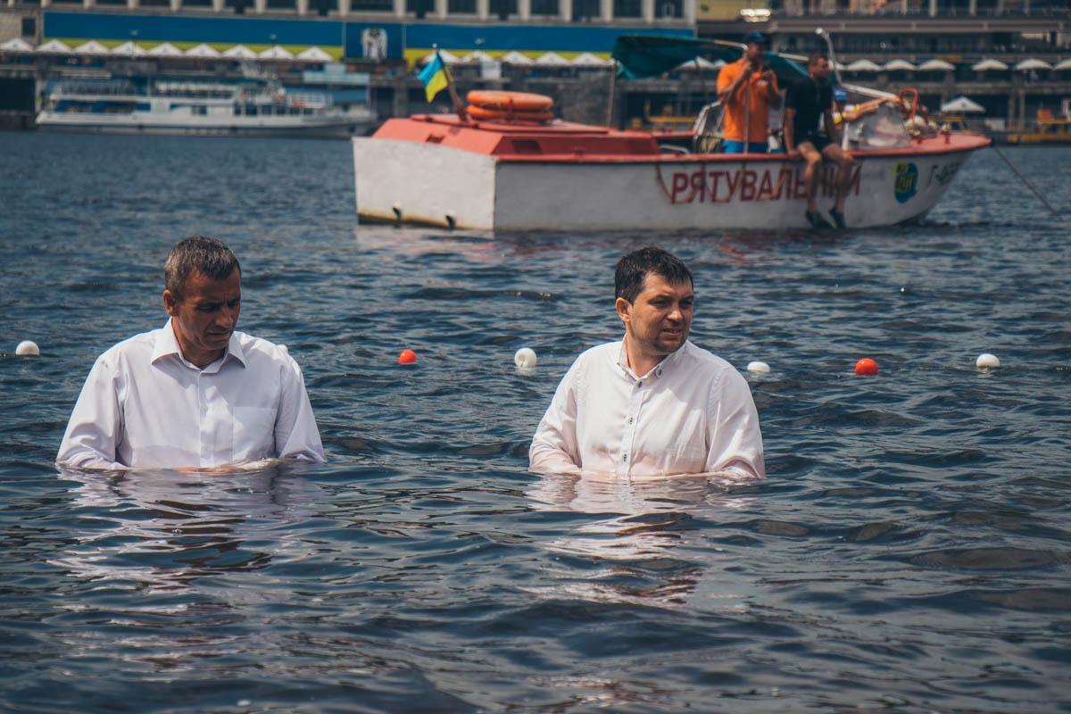Для безопасности на берегу дежурила машина скорой медпомощи и спасатели. Также спасатели на лодке наблюдали за процессом в воде