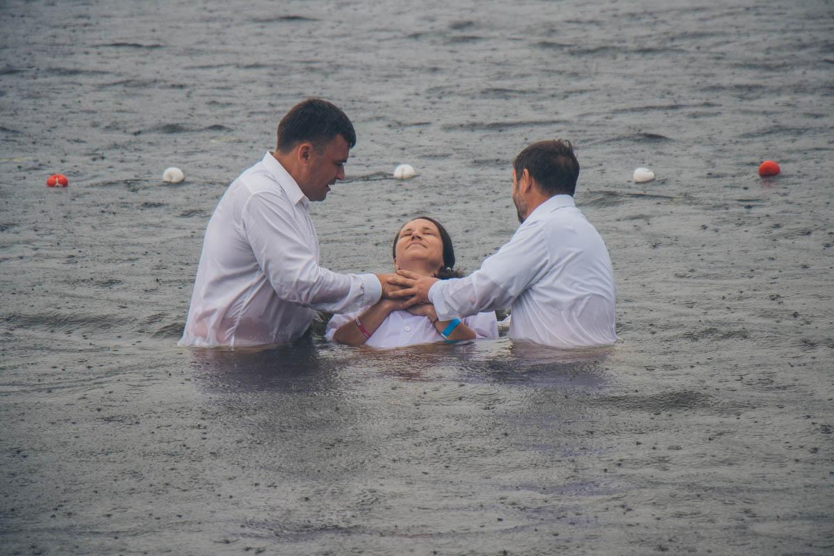 Они полностью окунулись в воду согласно евангельской протестантской традиции