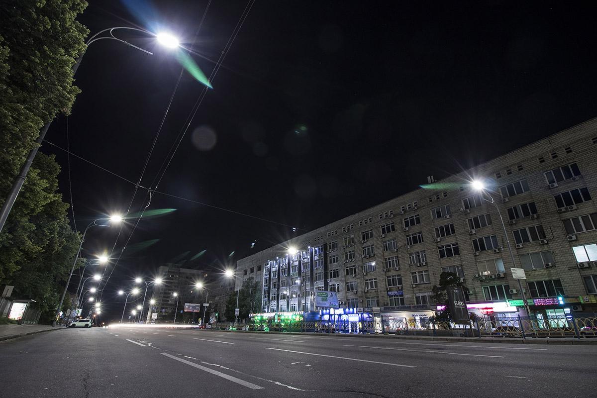 Дорогу ночными путникам освещает множество фонарей