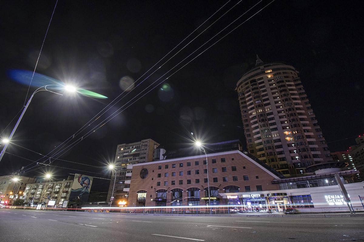 В свете фонарей бульвар выглядит особенно величественно
