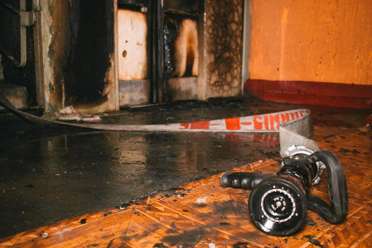 Двери лифта сильно выгорели и ремонту не подлежат
