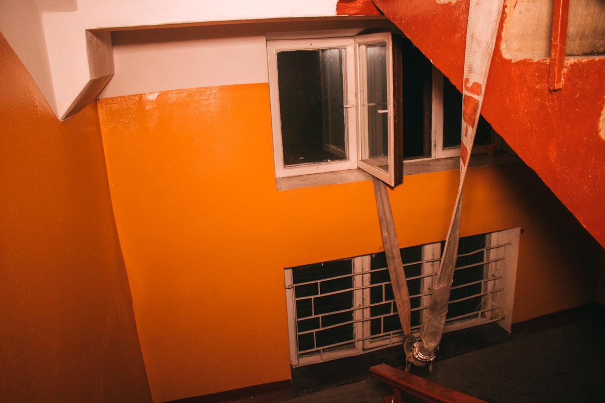 Пожарные протянули рукав на 8 этаж прямо через окна лестничной клетки