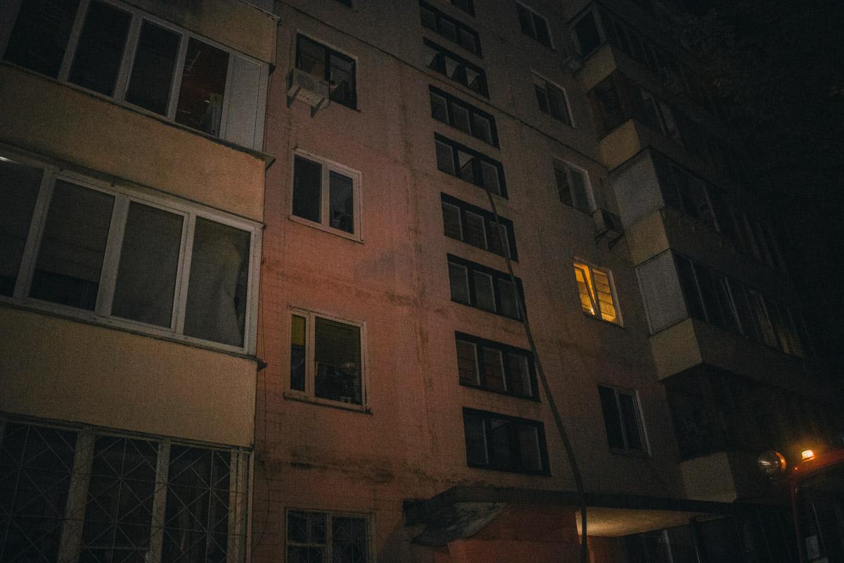 Пожарный шланг свисал с 8 этажа