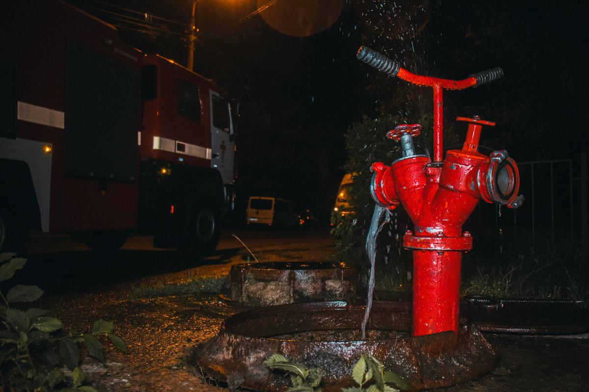 Пожарный гидрант находится рядом с домом