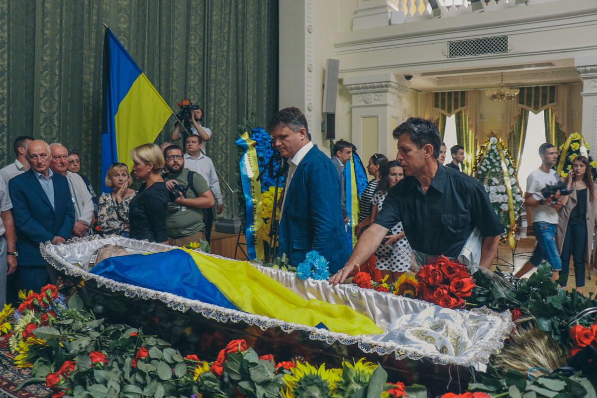 Все пришедшие принесли на траурную церемонию цветы, некоторые пришли с книгами, написанными диссидентом