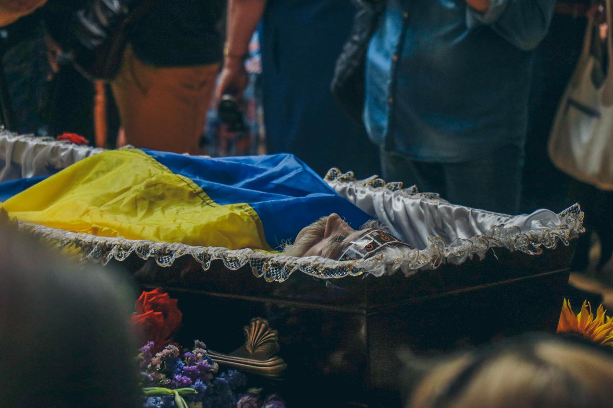 Цветы несут родственники Лукьяненко, друзья, писатели и политики, ветераны УПА