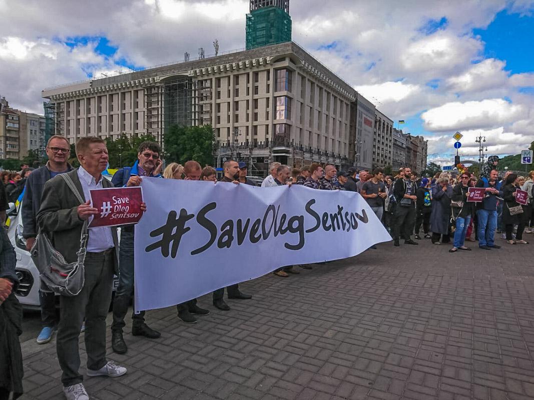 """Сотни неравнодушных граждан, в том числе участники организации """"АвтоМайдан"""" и белорусы, устроили акцию в центре Киева"""