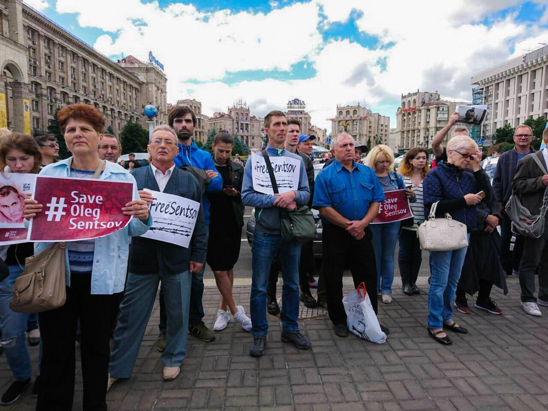 На Майдане Независимости снова собрались активисты с плакатамиFreeSentsov