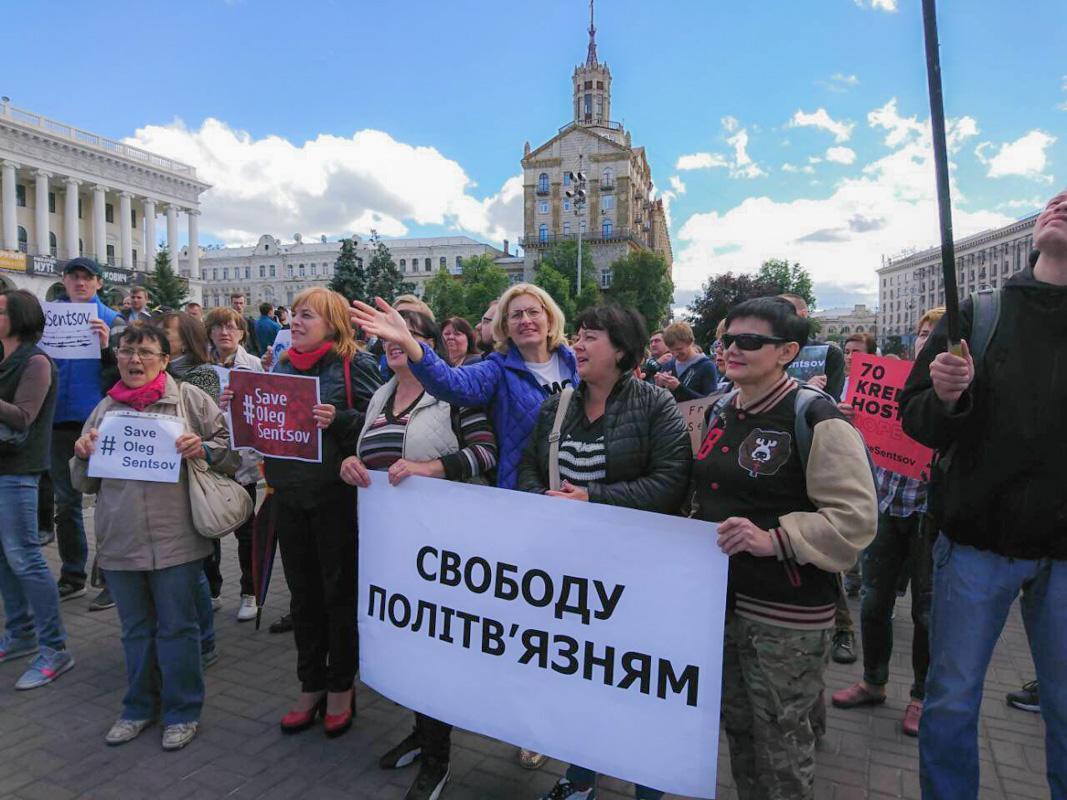 Люди борются за освобождение украинского режиссера и писателя Олега Сенцова, а также других политических узников, которых удерживают в России