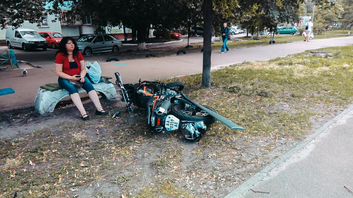"""На улице Архитектора Вербицкого возле """"Фуршета"""" Nissan сбил мотоциклиста и скрылся с места аварии"""