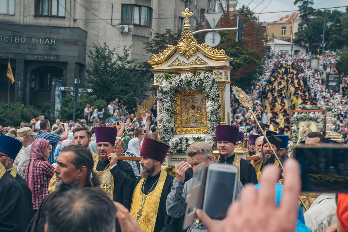 В лавру принесли святыни верующих - иконы и мощи