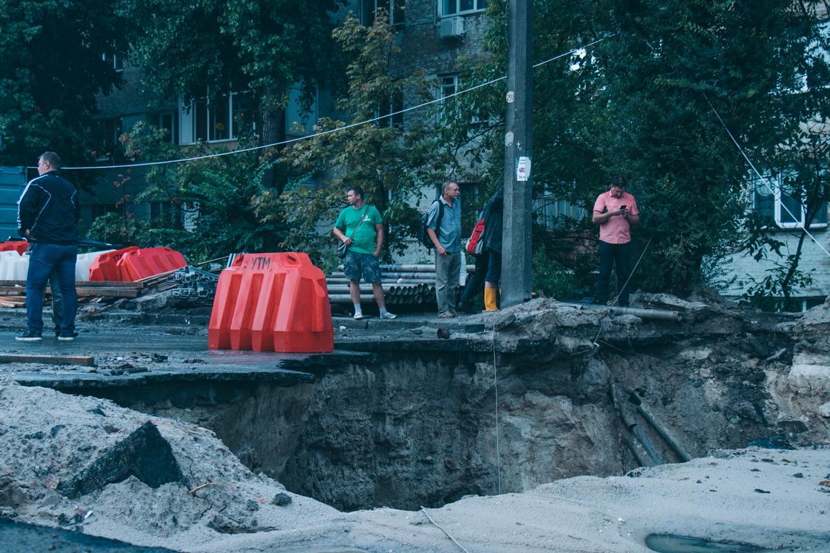 На месте аварии образовалась большая яма