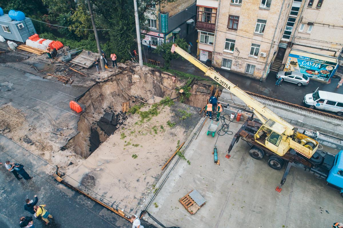 На месте аварии появилась огромная яма