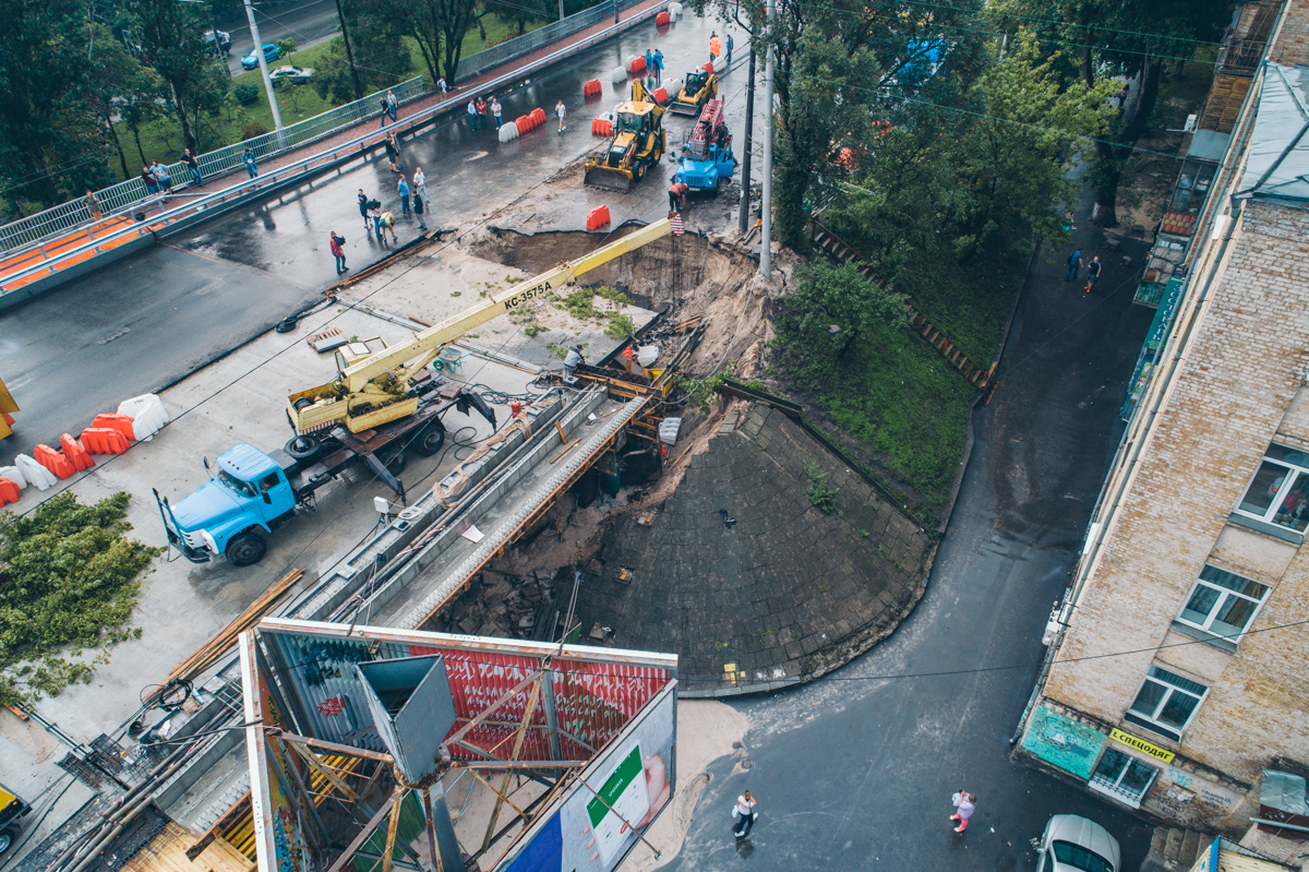 Кирилловский путепровод находится на пересечении улиц Елены Телиги и Кирилловской