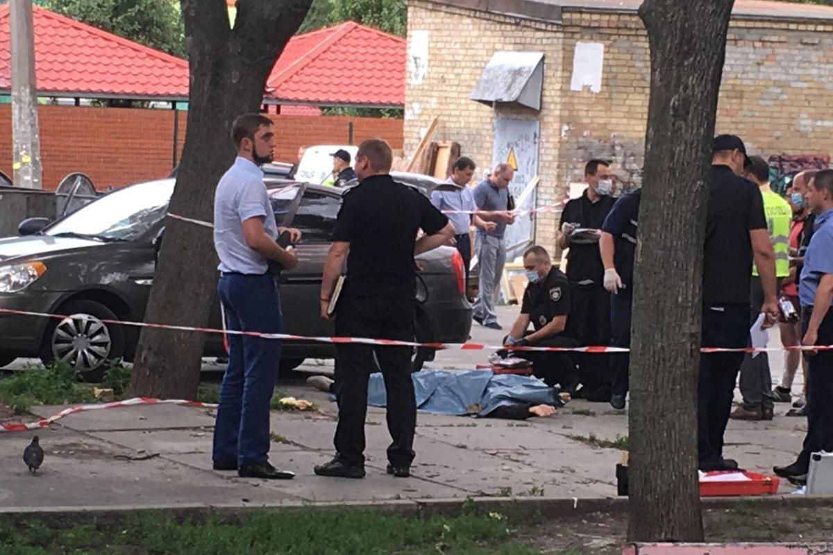 В Киеве убили мужчину на улицу Щусева. Вероятно, это был коп