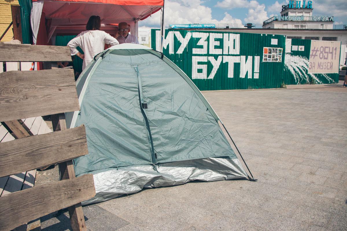 На месте активисты разбили палатки с требованием поскорее начать устанавливать музей