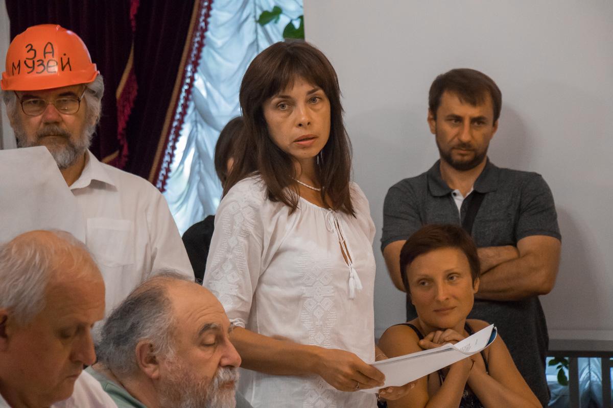 Общественники с плакатами зашли на заседание ученого совета управления защиты культурного наследия