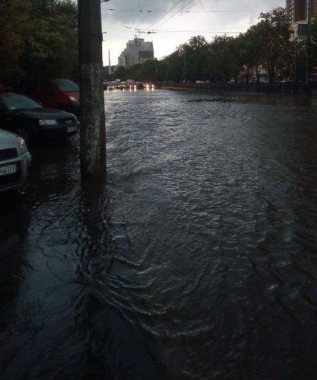 Из-за потопа движение авто затруднено