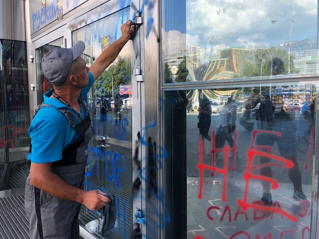 Работники по уходу активистов начали приводить территорию в порядок