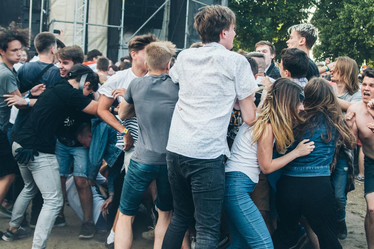 А вот и слэмщики! Это когда публика на музыкальных концертах начинает толкаться и врезаться друг в друга (не со зла, а ради веселья)