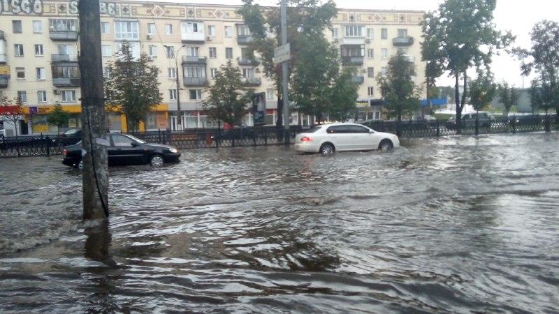 Дождь залил дорогу на проспекте Победы