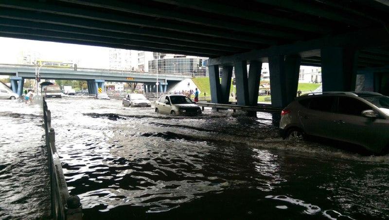 Автомобили практически с капотом уходят под воду