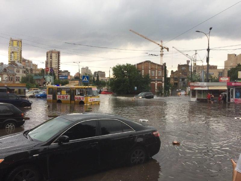 Машины практически с капотом погрузились в воду