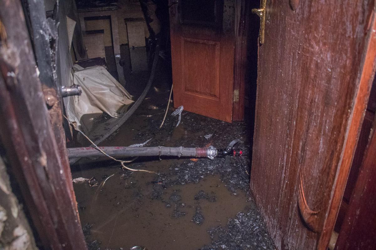 Огонь охватил жилое помещение площадью около 30 квадратных метров