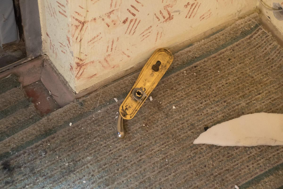 Чтобы спасти хозяйку пожарным пришлось выламывать металлическую дверь