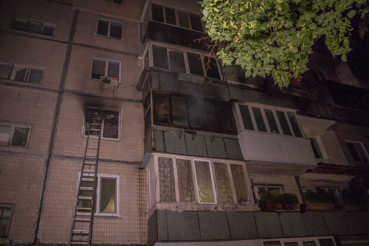 Горела однокомнатная квартира на третьем этаже жилого дома