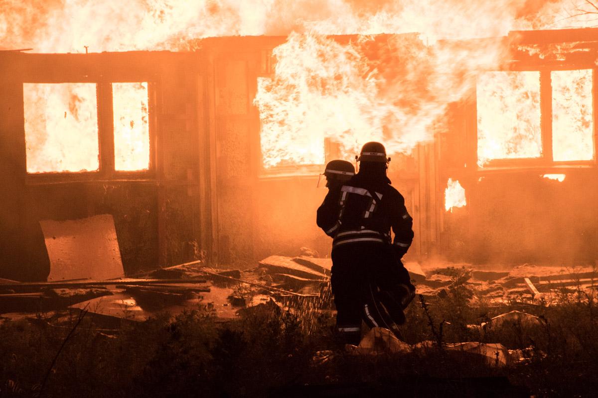 По предварительной информации, горят одноэтажные деревянные бытовки строителей
