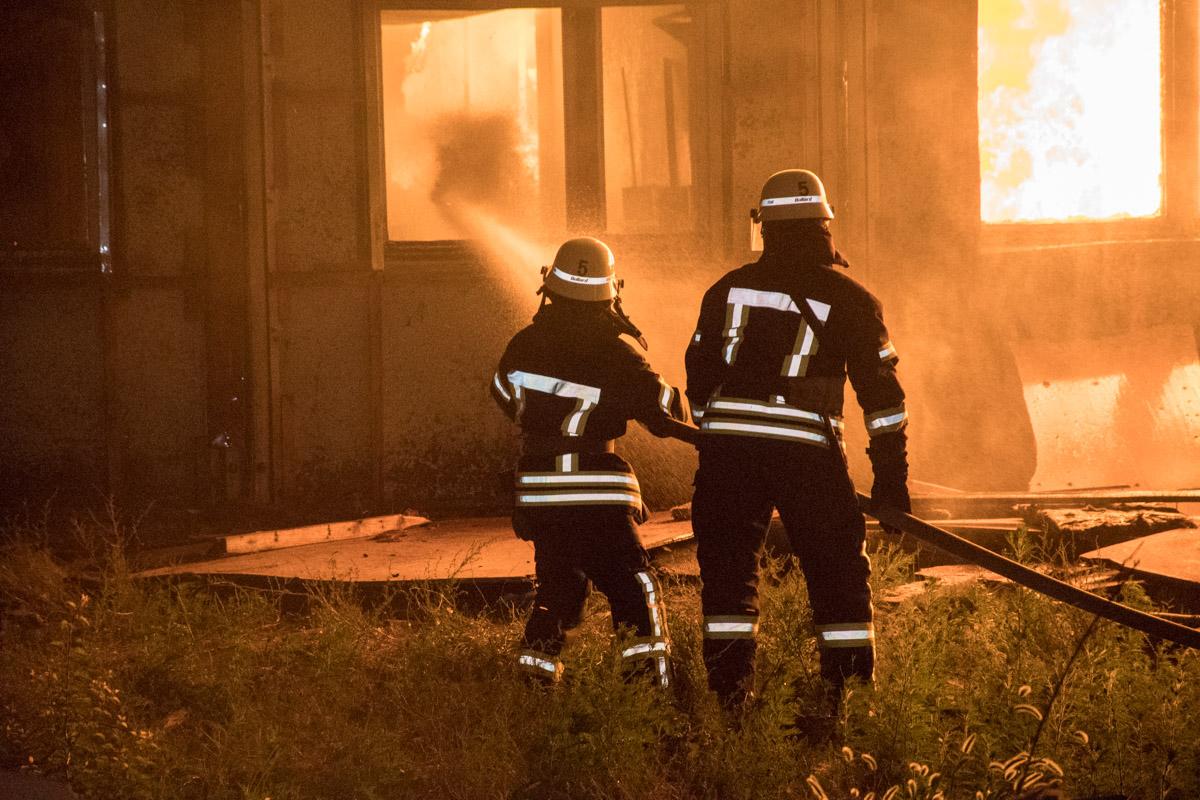 На момент приезда пожарных, огонь полностью охватил постройку