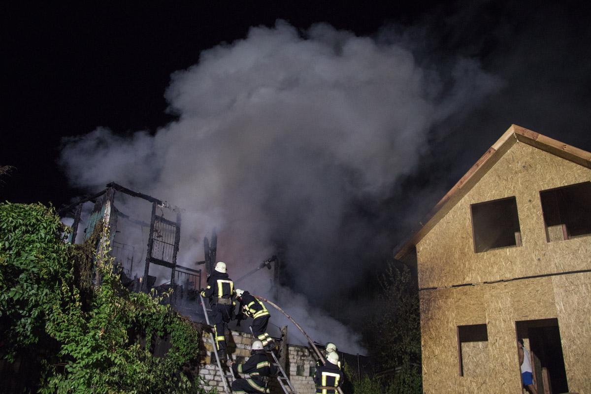 Также существовала угроза распространения огня на соседние строения