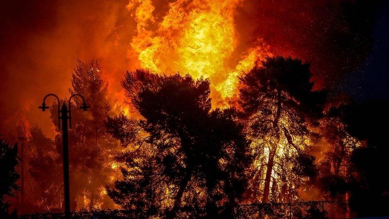 Лесные пожары в Греции охватили прибрежный район Мати на востоке страны