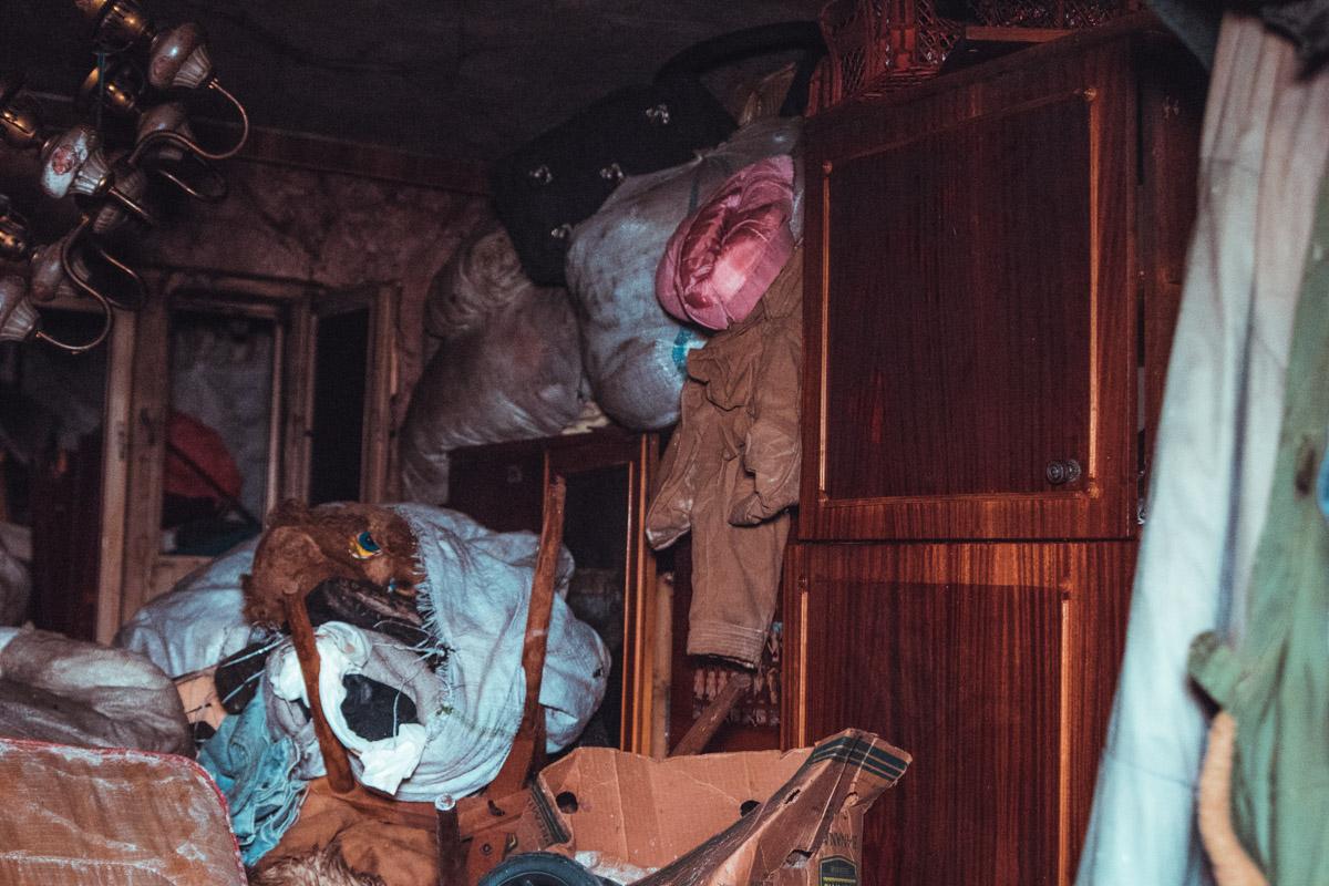 Квартира была захламлена разным мусором, так как жительница страдала синдромом Плюшкина