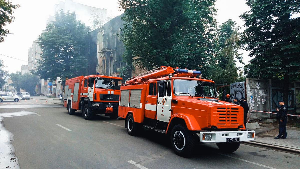 На месте происшествия работает 4 единицы основной и специальной пожарно-спасательной техники и 20 человек личного состава
