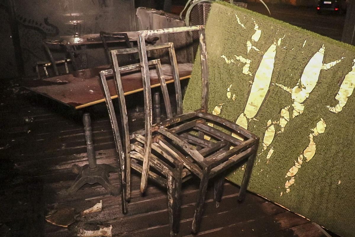 Огонь охватил летнюю террасу ресторана