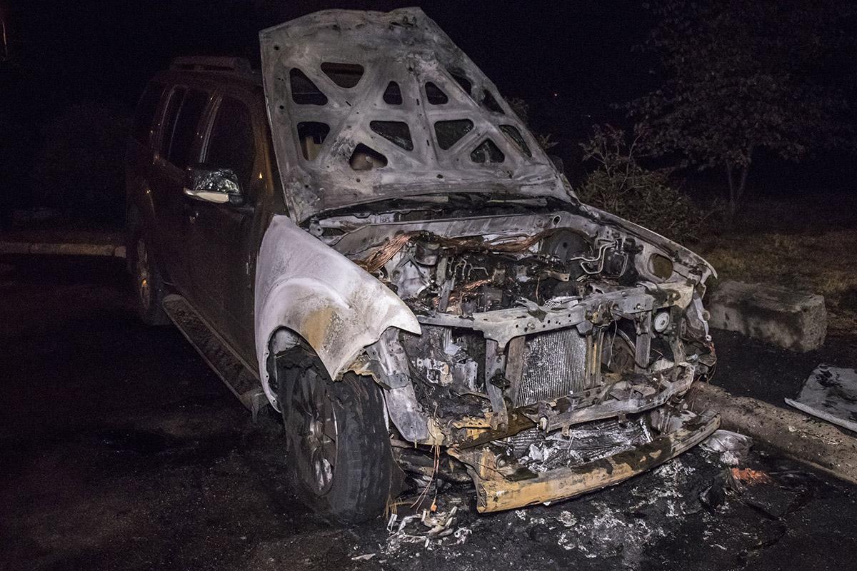 В понедельник на Троещине во дворе жилого дома неизвестные подожгли внедорожникNissan Pathfinder