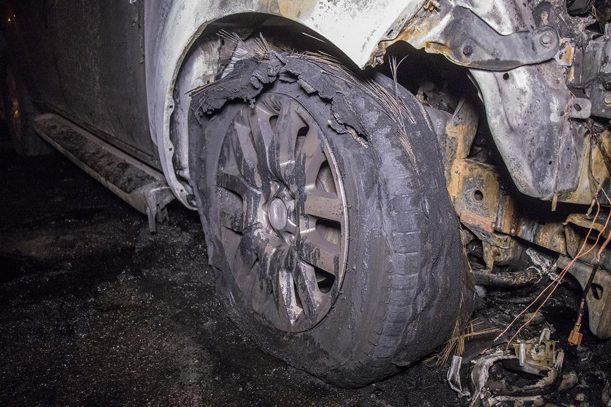 От жара у автомобиля взорвались передние колеса