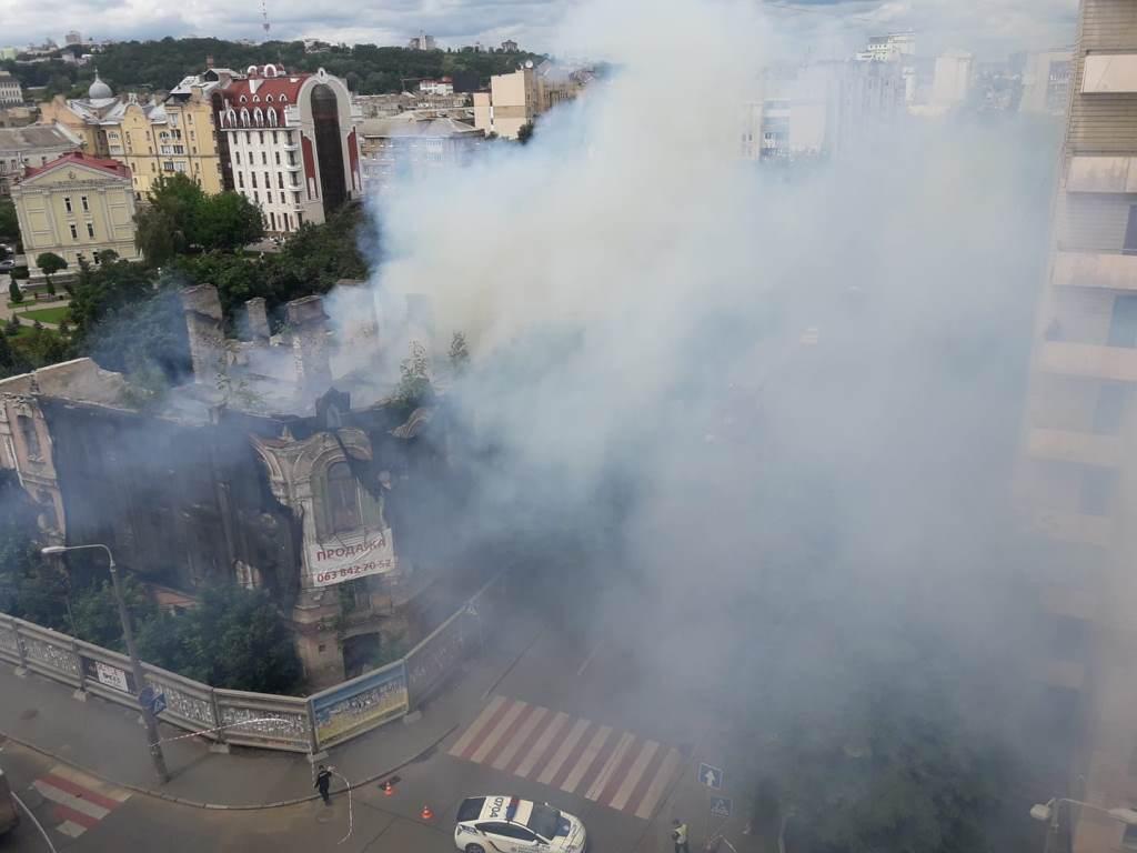 Загорелось трехэтажное здание по адресу улица Межигорская, 27