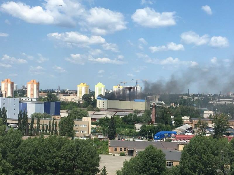 Дым видно издалека. Фото: Виталий Нелепов