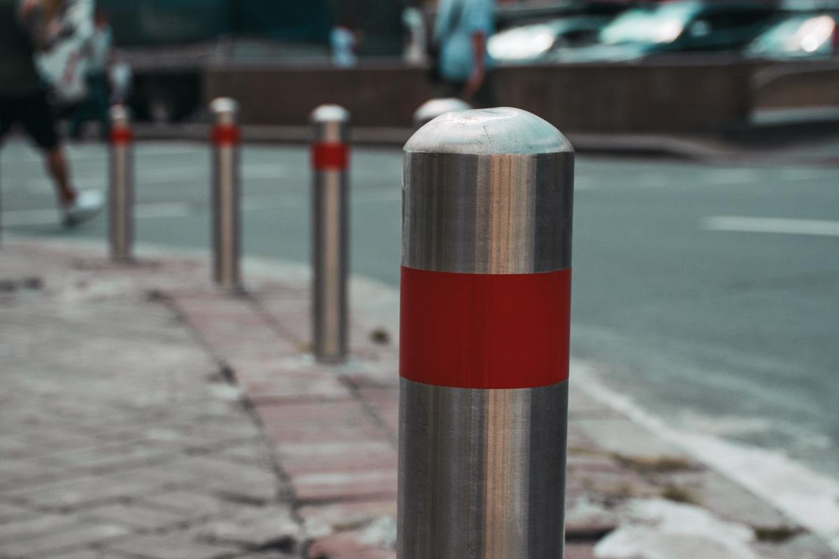 В центре Киева устанавливают пешеходное ограждение и антипарковочные столбики