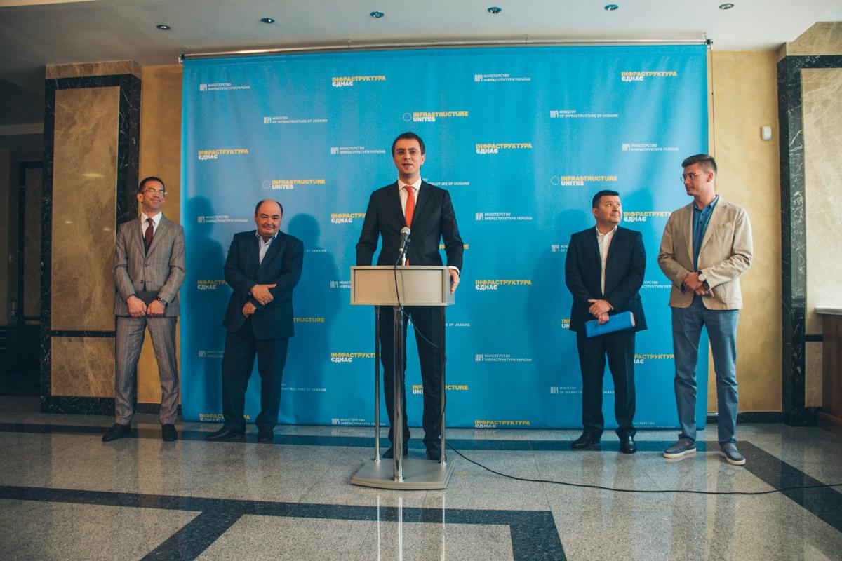 Министр инфраструктурыВладимир Омелян заявил, что в 2019 году заменят все самолеты, которые прослужили более 20 лет