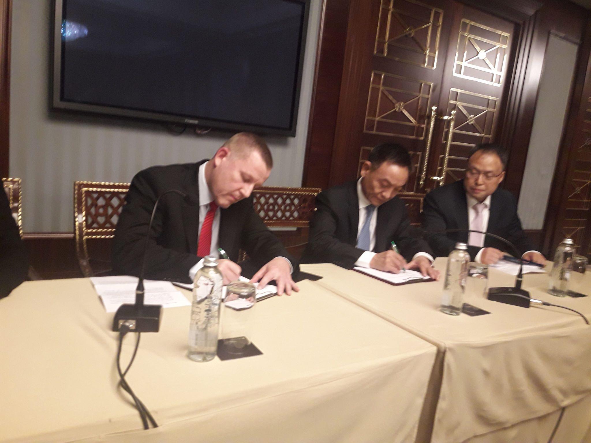 ПриватБанк и компания UnionPay International подписывают документы
